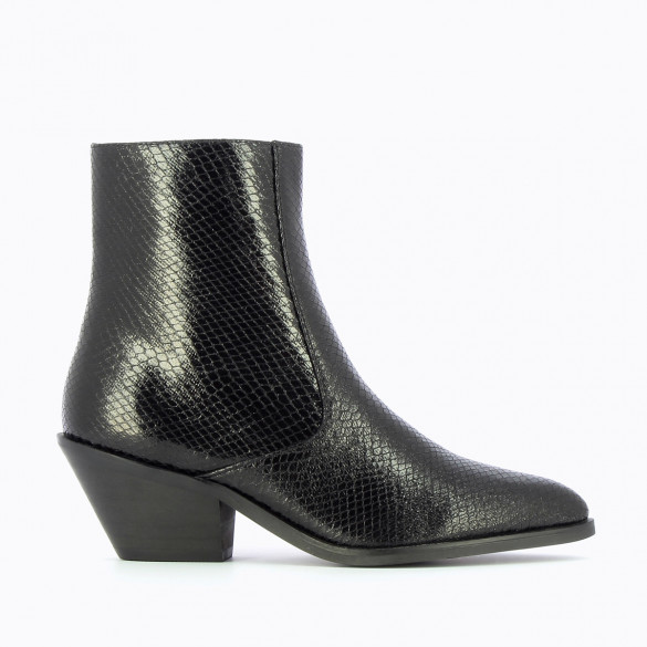 black cowboy boots snakeskin effect Vanessa Wu woman with pointed toe and small heel
