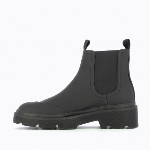 Black rain boots with reinforced toe