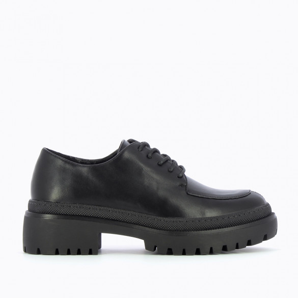 black brogues with large serrated sole Vanessa Wu with laces faux leather and round toe